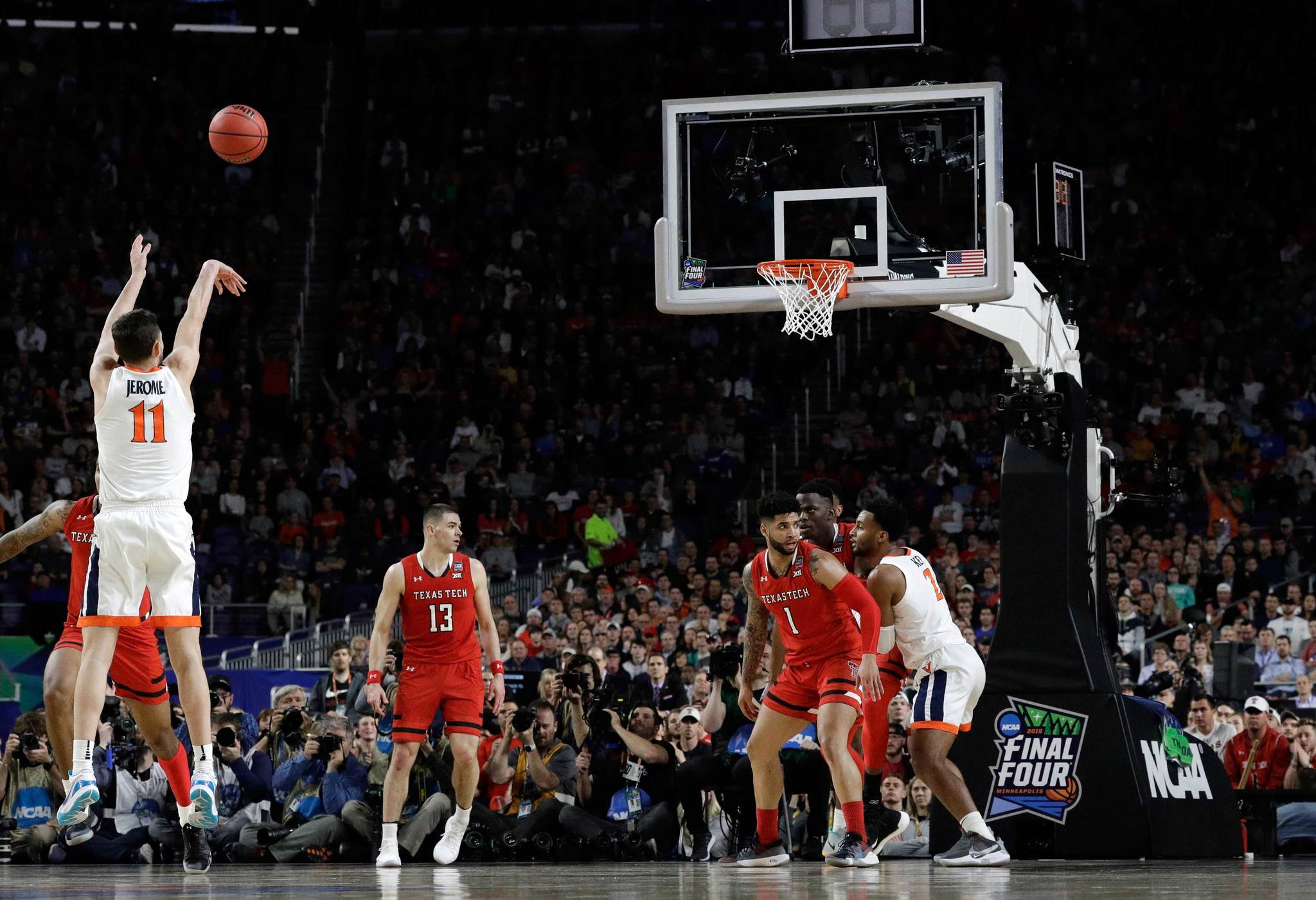 Ty Jerome tira un triple en la final de la NCAA ante Texas Tech.