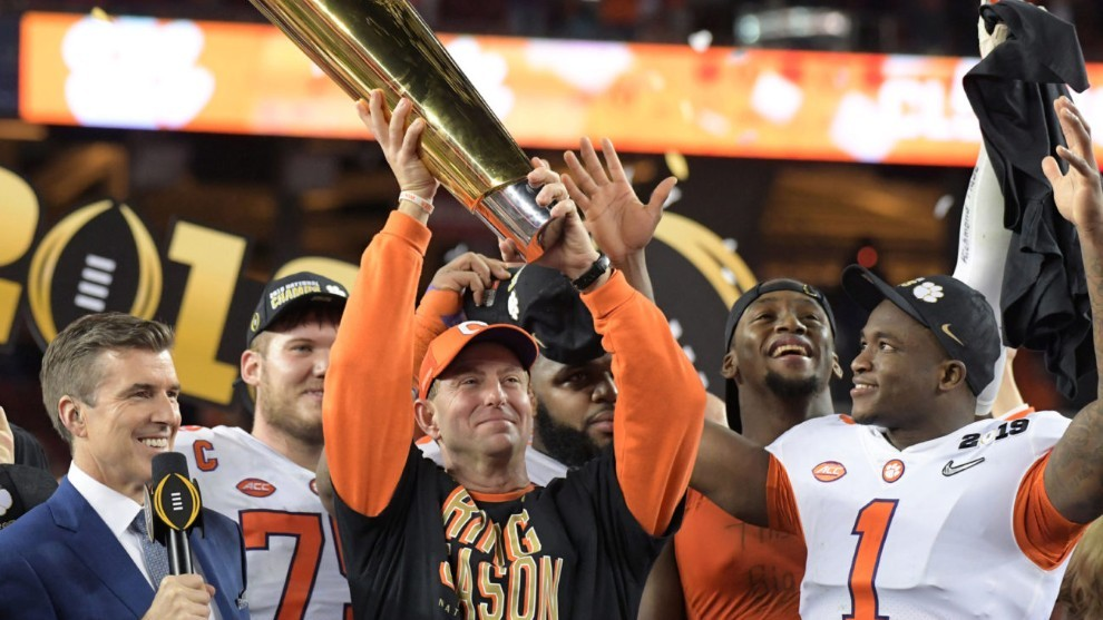 Dabo Swinney con el trofeo del College Football Playoff tras vencer a...