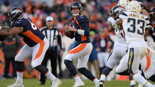 Drew Lock ante los Chargers.