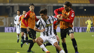 Dybala se intenta zafar de dos defensas del Benevento.
