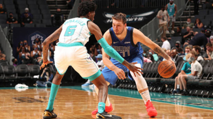 Luka Doncic ante Charlotte Hornets